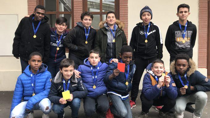 Médaille d'or pour l'équipe de foot à 7 et ses deux jeunes arbitres officiels.